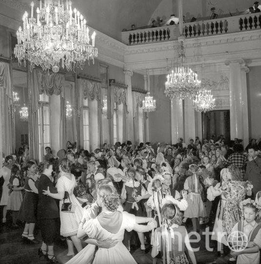 Танцы в Доме культуры. Ленинград. 1945. Фото представлены Анной Халдей.