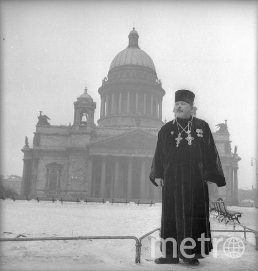 Священник Ломакин на фоне Исаакиевского Собора. Ленинград. 1945. Фото представлены Анной Халдей.