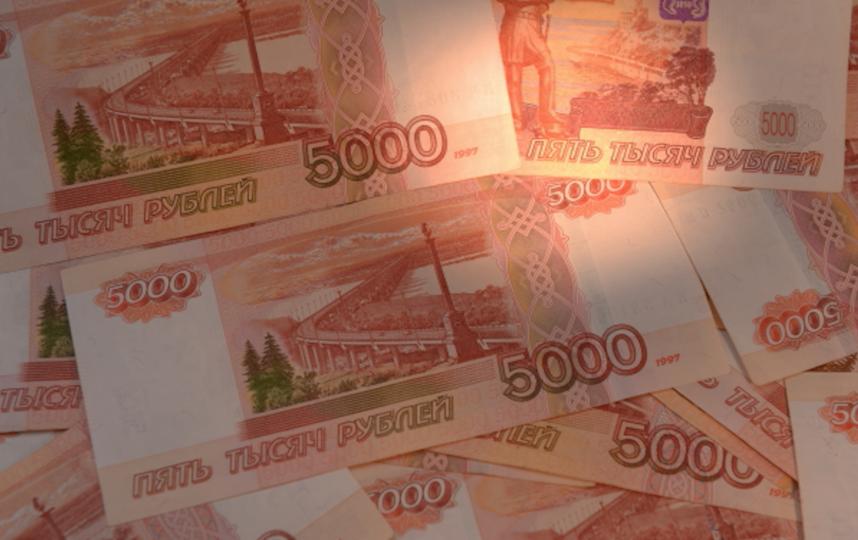 Пятитысячные купюры. Фото РИА Новости