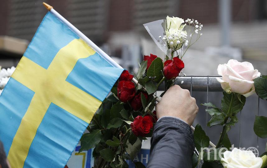 Сотни людей несут цветы в память о погибших. Фото AFP