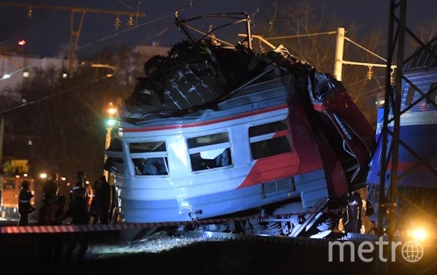 На месте столкновения пассажирского поезда и электрички. Фото РИА Новости