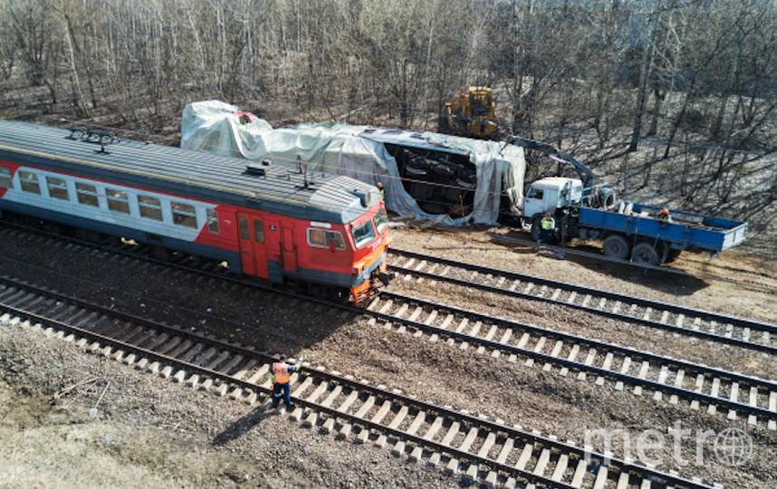 На месте столкновения пассажирского поезда и электрички