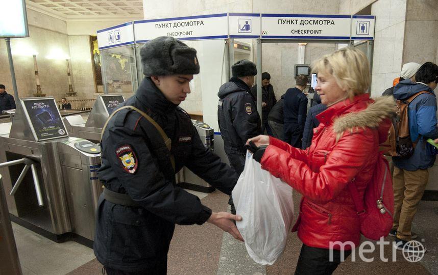 """Полицейские зорко следят за каждым шагом пассажиров. Фото Святослав Акимов., """"Metro"""""""