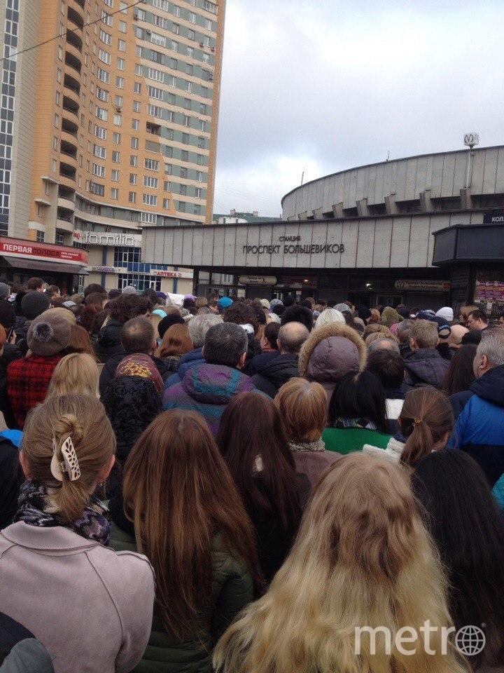 """""""Около метро """"Большевиков"""" -  огромное скопление народа."""