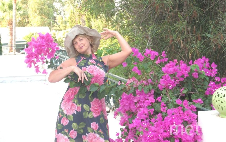 Меня зовут Эльвира! Это платье путешествует со мной с 2010г и побывало на пяти морях. В нем всегда уютно, летнее настроение, а какая гармония красок платья и природы, ее можно увезти с собой. Я думаю это все запечатлелось на снимке..