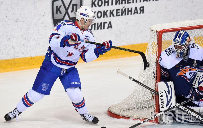 Вратарь «Металлурга» Василий Кошечкин (справа) отразил 44 броска и принёс команде победу. Фото Юрий Кузьмин | Photo.KHL.ru