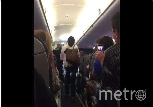 Сотрудники авиакомпании «выкинули» лишнего пассажира с борта самолета. Фото Скриншот Twitter: Jayse D. Anspach