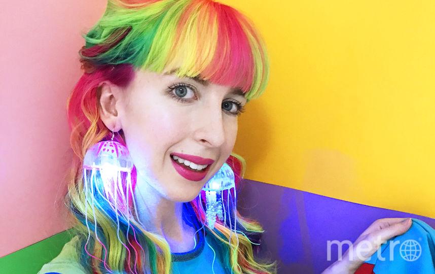 Волосы девушки покрашены в цвета радуги. Фото Kate Hannah