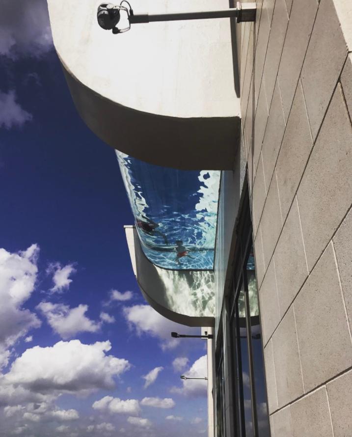 Бассейн с прозрачным дном на крыше Market Square Tower. Фото Instagram @marketsquaretower.