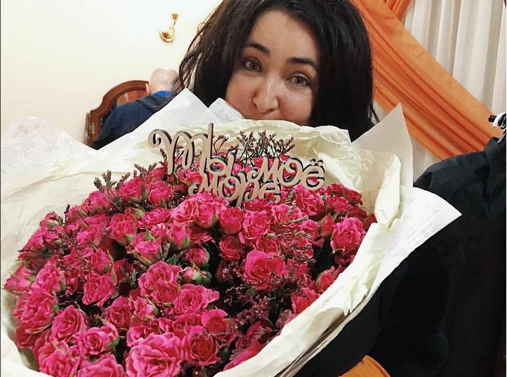 Певица Лолита упала на колени перед Еленой Мизулиной. Фото Скриншот Instagram/lolitamilyavskaya