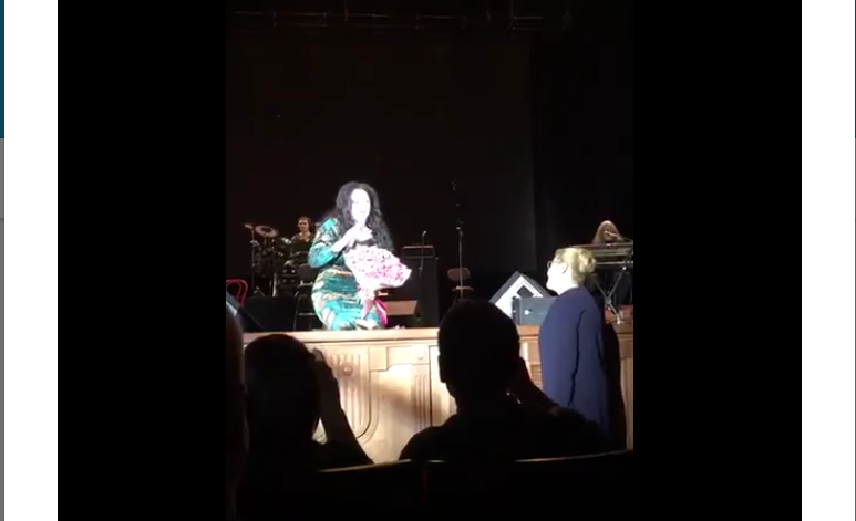 Певица Лолита упала на колени перед Еленой Мизулиной. Фото Скриншот Twitter/@emizulina