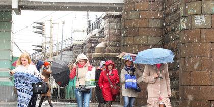 Сильный снегопад с градом обрушился на столицу