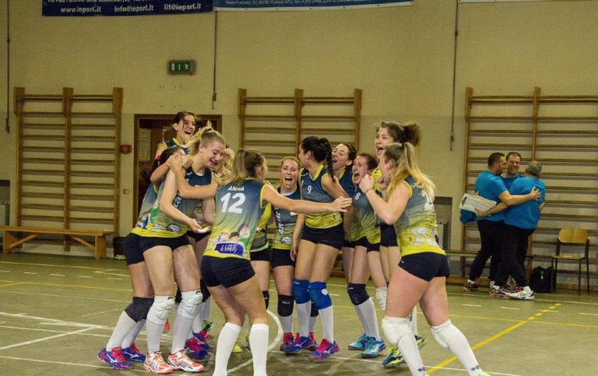 Итальянские волейболистки отпраздновали победу вобнаженном виде