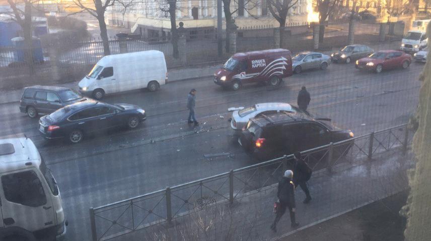 В конце марта из-за гололеда в городе было зафиксировано несколько десятков ДТП за одно утро. Фото Фото: vk.com/spb_today.