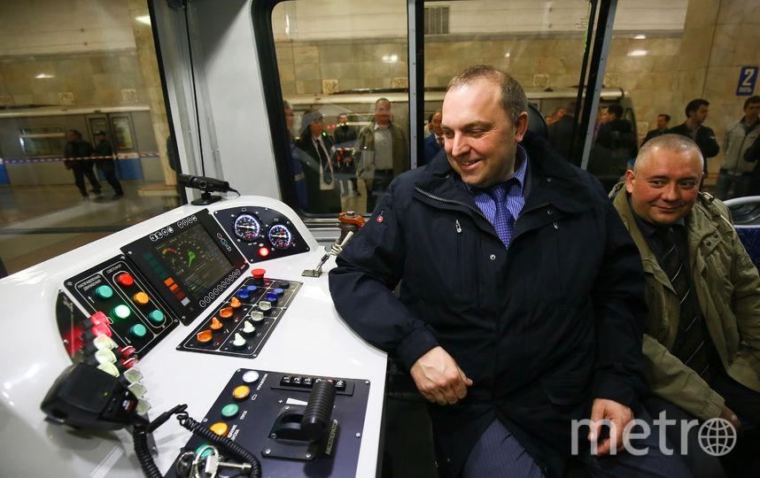 Дмитрий Пегов в кабине машиниста поезда «Москва». Её сделали максимально удобной для машиниста, чтобы тот не уставал и работал с удовольствием. Фото предоставлено пресс-службой столичного метрополитена