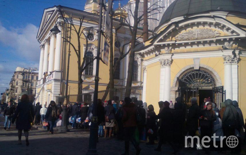 """Очередь во Владимирский собор. Фото Ольги Рябининой, """"Metro"""""""