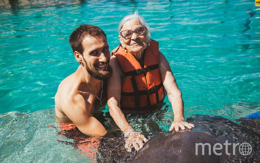 Баба Лена и турист. Фото Анна Куманцова