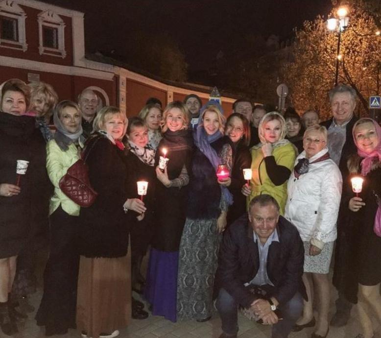 Актриса Мария Кожевникова с друзьями и родными на всенощной. Фото Фото: соцсети.