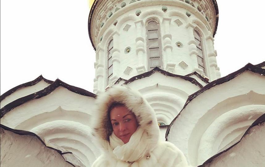 Ананстасия Волочкова куталась в шубу на пасахальной службе. Фото Фото: соцсети.