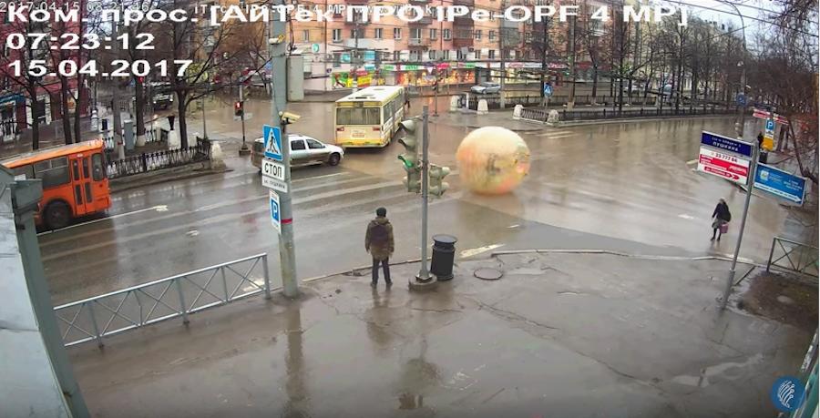 Гражданин  Перми прокатился попроспекту вцветном зорбе