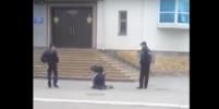Полицейские смотрели, как инвалид ползет к ОВД: видео из Минвод обсуждают в сети