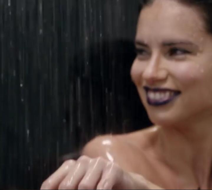 Голая Адриана Лима вызвала скандал своим пасхальным видео. Фото Скриншот Instagram/thelovemagazine