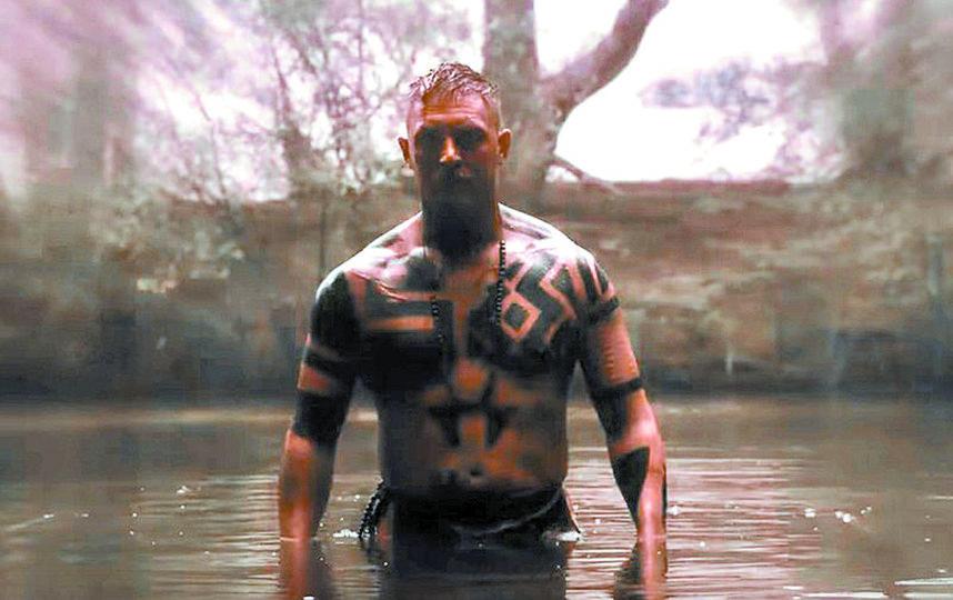 У самого Тома Харди, продюсера и исполнителя главной роли в сериале, много татуировок – около 20, но не такие, эти – грим. Фото скриншоты с Youtube