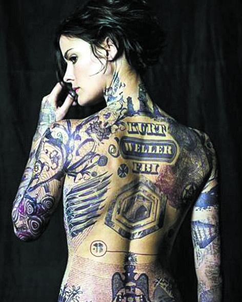 В центре сюжета – потерявшая память девушка (Джейми Александер), покрытая тату, предсказывающими грядущие теракты. Фото скриншоты с Youtube