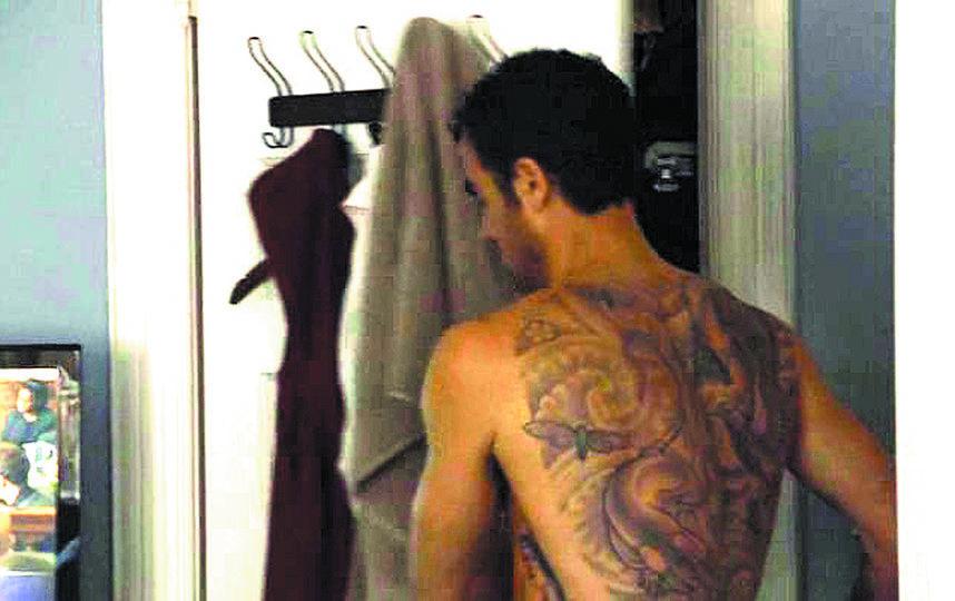 Это настоящие татуировки мужа Дженнифер Энистон. Фото скриншоты с Youtube