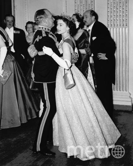 Королева Британии Елизавета II. 1954 год, на балу. Фото Getty