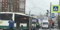Женщина попала под автобус в Петербурге из-за грузовика