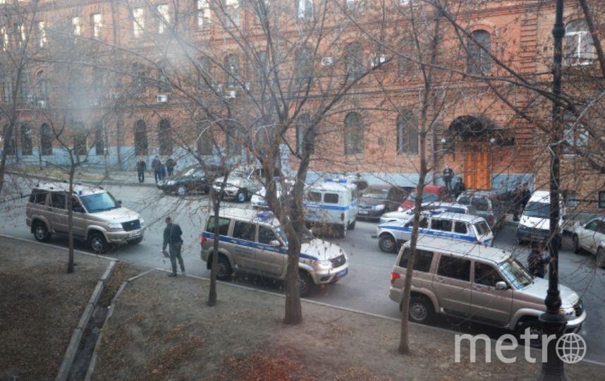 Оперативники и Следственный комитет у здания ФСБ в Хабаровске. Фото РИА Новости