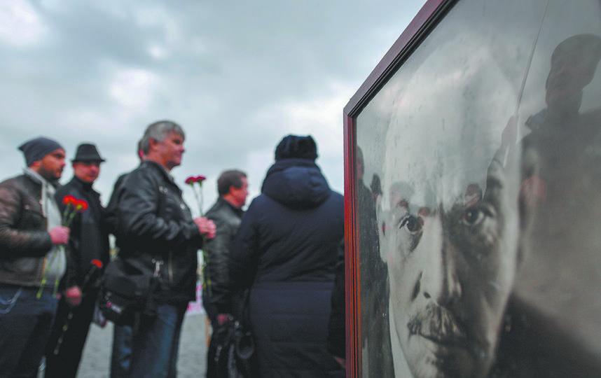 В честь дня рождения Ленина к мавзолею принесли несколько портретов вождя. Фото AFP