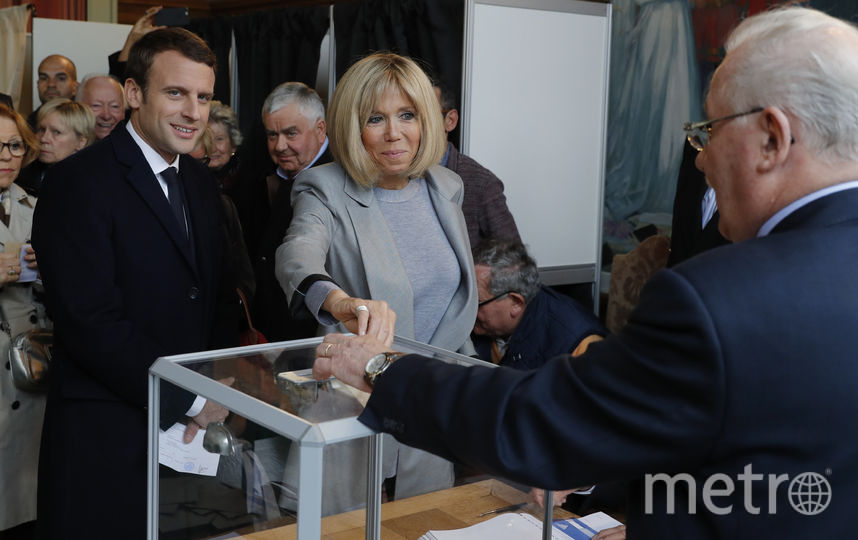 Эммануэль Макрон голосуют со своей супругой. Фото AFP