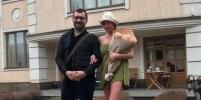 Теплый прием: голая Анастасия Волочкова встретила гостей в унтах и полотенце