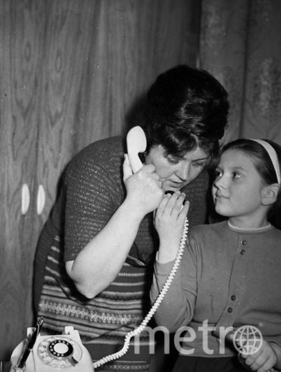 Супруга летчика-космонавта Владимира Комарова Валентина Яковлевна с дочерью Ириной. Фото РИА Новости