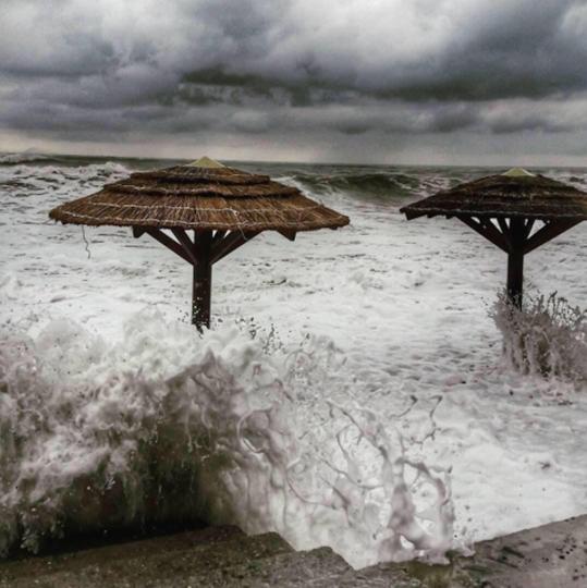 Шторм в Сочи. Фото все - скриншоты Instagram