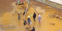 Видео с детьми, играющими в огромной луже с грязью в Якутске, набирает популярность в Сети