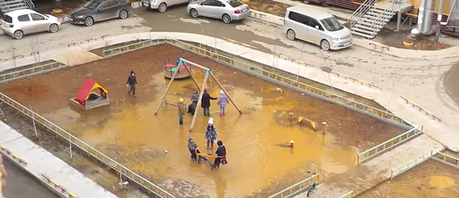Детская площадка в Якутске. Фото скриншот YouTube с канала Ксей Бакин