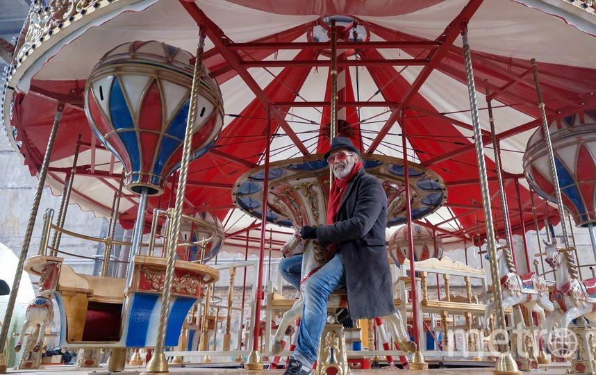 "Питер Петц проводит испытания карусели. Фото Алена Бобрович., ""Metro"""