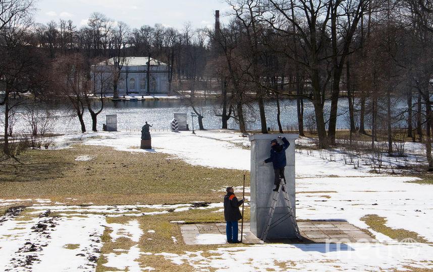 """Начали снимать """"зимнюю одежду"""" с парковой скульптуры в музее-заповеднике """"Царское Село""""."""