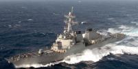 Американский эсминец привёл вооружение в готовность при встрече с иранским катером