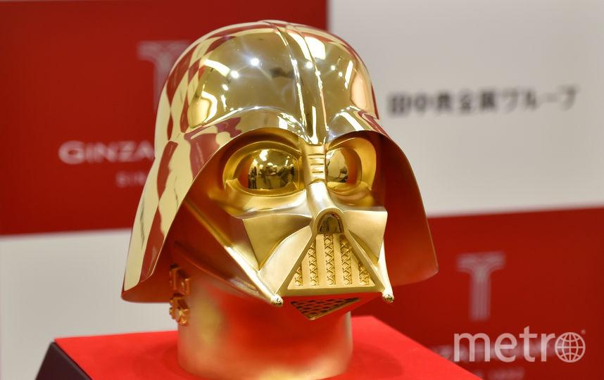 Золотая маска Дарта Вейдера. Фото AFP