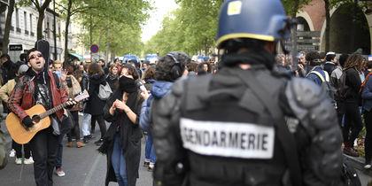Парижские полицейские применили газ против протестующих школьников: фото