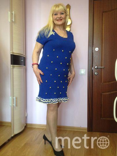 """Моё любимое платье- синее. Я связала его сама и сочинила стихи. """" Цвет синий, на сегодня самый любимый. Скажите вы- Цвет тучи, грозы бедоносной гремучей. Нет, рождается солнца свет, и облака синева ложится на синь без дна. О Боже, теперь голубой цвет детства над головой!"""". Фото Елена Губская."""