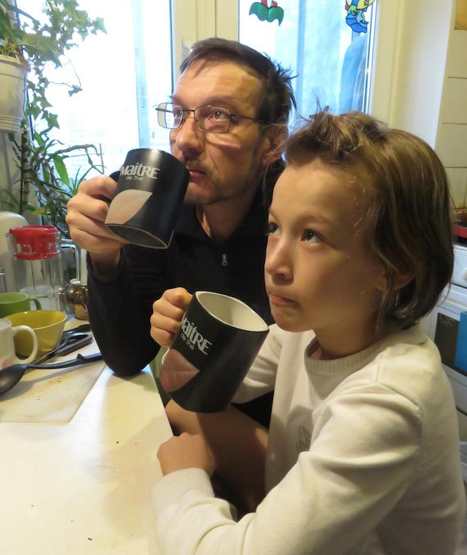 """Как-то раз читаем книгу с моим пятилетним сыном Феодосием. Звучит фраза """"Воробей-друг горожан"""".  Спрашиваю у Феодоси: """"Кто такие горожане?"""" Отвечает: """"Это такие бедные люди, у которых нет дома, поэтому они живут в гаражах"""". Фото Олег Чапаев"""