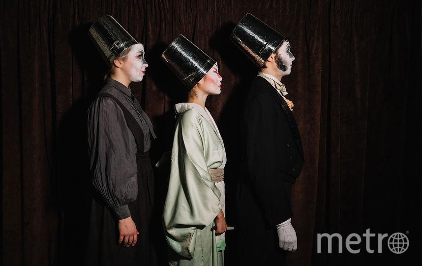 За час спектакля актёры  примеряют на себя  с десяток образов. Фото предоставлены магазином