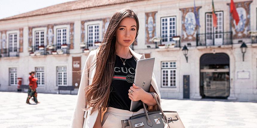 Эльвира Гаврилова возле администрации города Кашка́йш (Португалия)